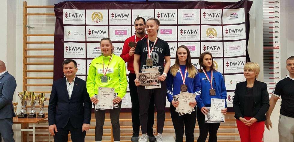 27 medali zdobyły juniorki znaszych klubów na Mistrzostwach Polski wzapasach